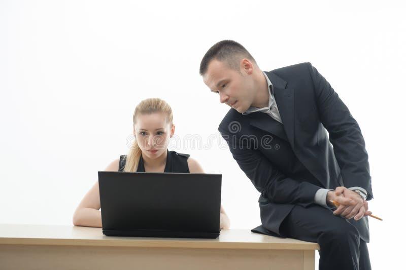 Koledzy dyskutuje coś siedzi obok obraz stock