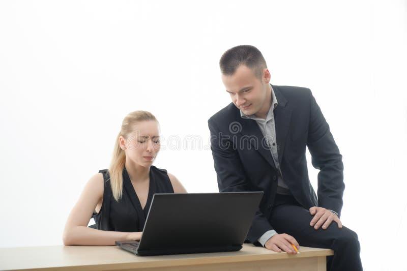 Koledzy dyskutuje coś siedzi obok zdjęcia royalty free