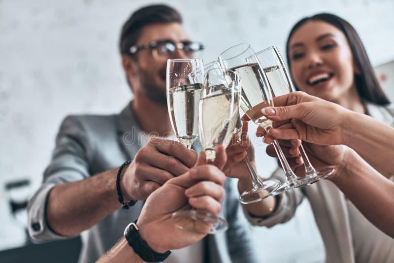 Koledzy i przyjaciele Grupa młodzi ludzie biznesu wznosić toast obrazy stock