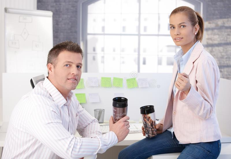 Koledzy podczas kawowej przerwy w biurze zdjęcia royalty free