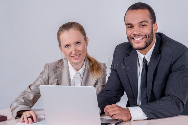 Koledzy przy pracą Dwa biznesmena pomyślny ono uśmiecha się i looki obraz royalty free