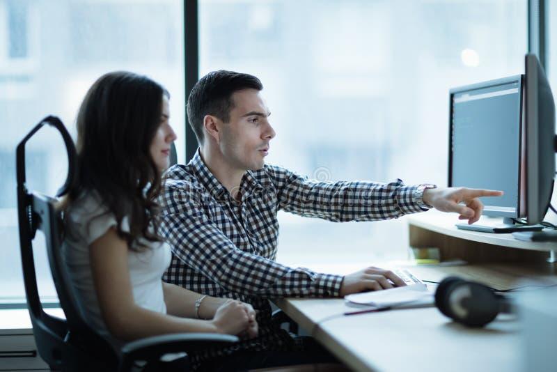 Koledzy rozwija oprogramowanie w biurze wpólnie obraz royalty free