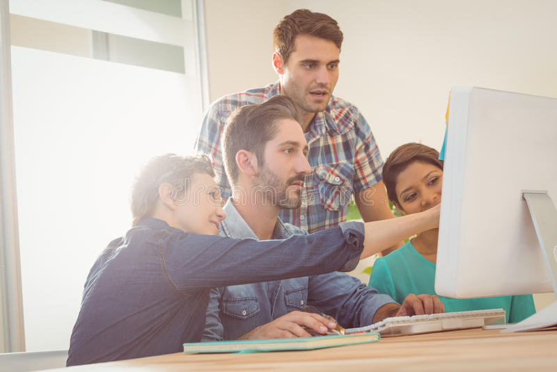 Koledzy używa laptop przy biurem zdjęcia stock