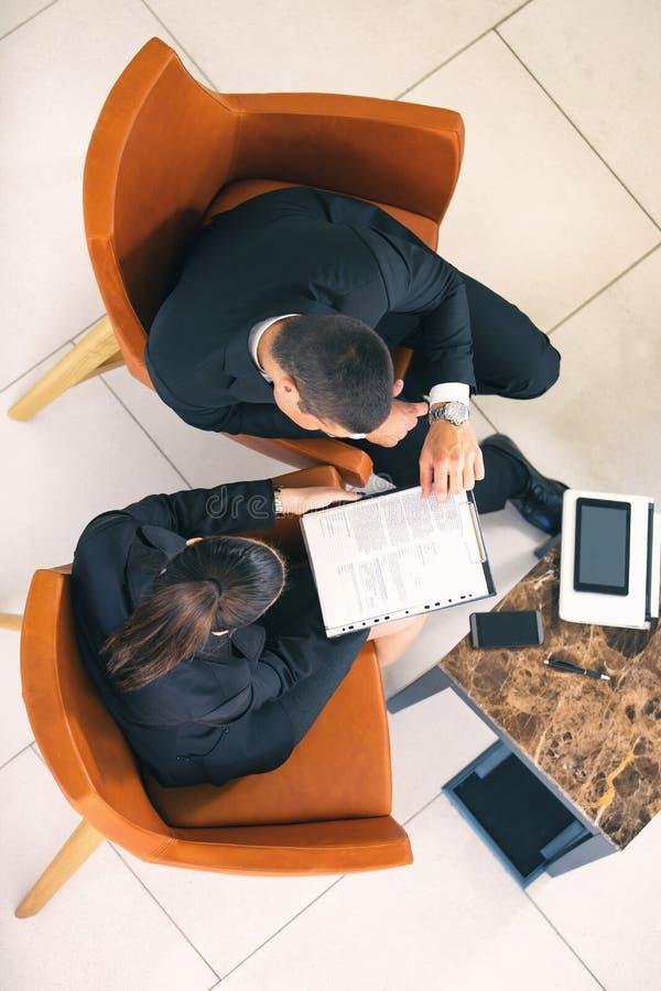Kolega drużyna, biznesmen i bizneswomanu obsiadanie, obrazy stock