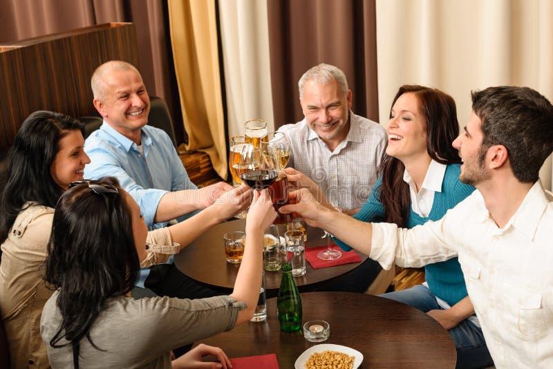 kolegi napój cieszy się szczęśliwą pracę zdjęcia royalty free