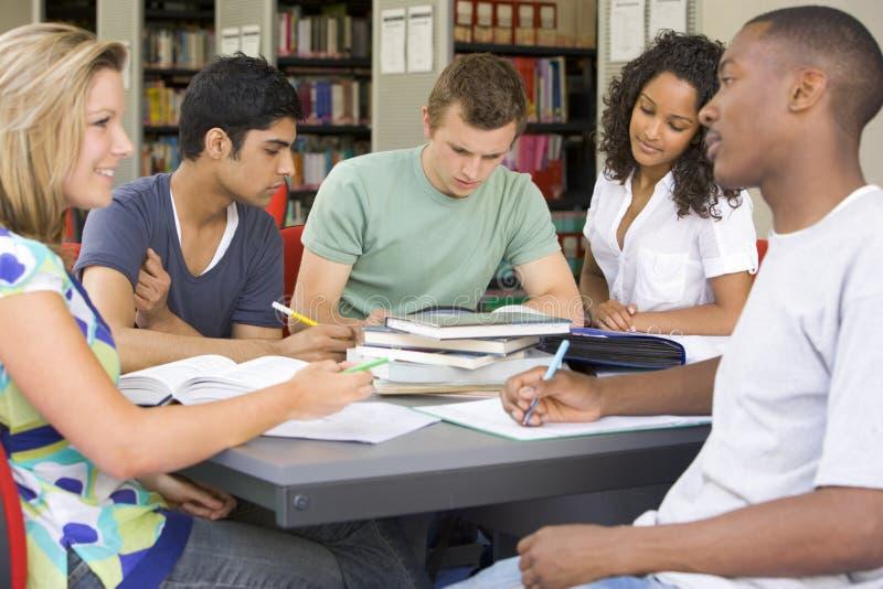 kolegium biblioteki studentów studiuje razem obraz stock