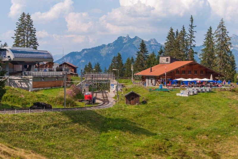 kolej w malowniczych górach Szwajcarscy Alps fotografia stock