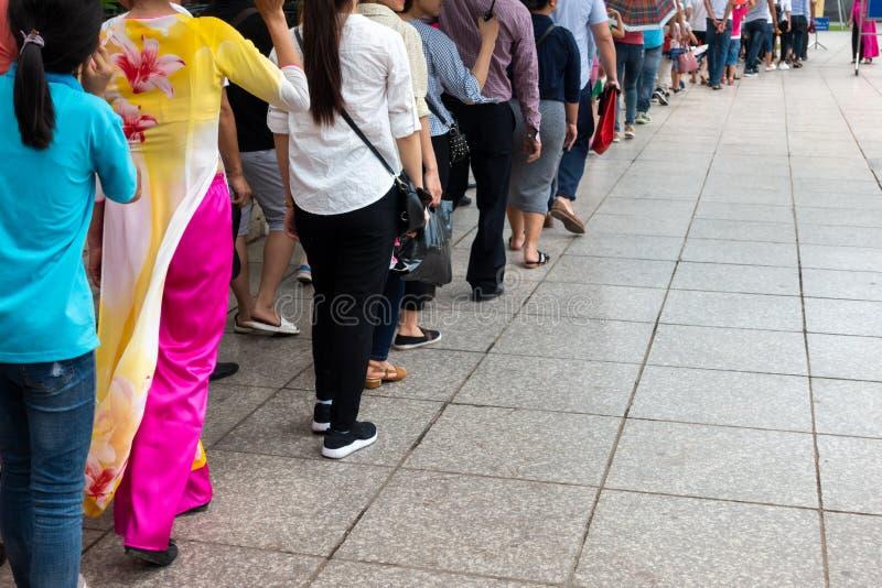 Kolejka Azjatyccy ludzie czeka w linii w miastowej ulicie fotografia stock