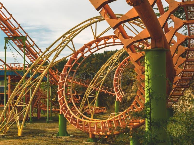 Kolejka górska w postaci spirali w parku rozrywkim szczeg?? zbli?enie obrazy royalty free
