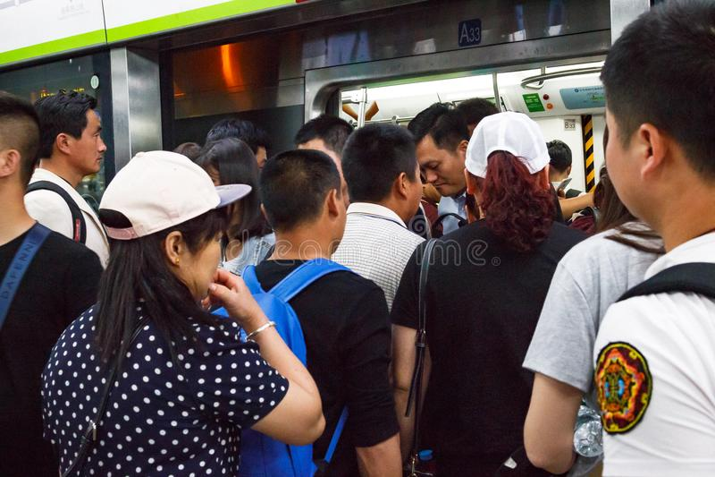 Kolejka ludzie czeka wchodzić do samochód pociąg stacja metru kapitał Porcelanowy Pekin zdjęcie stock