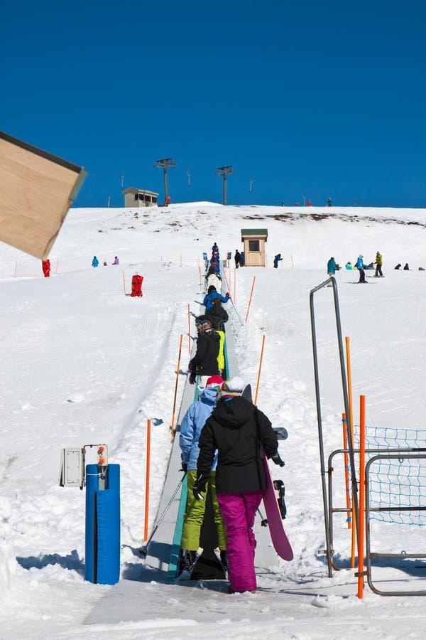 Kolejka przy narciarskim dźwignięciem obrazy royalty free