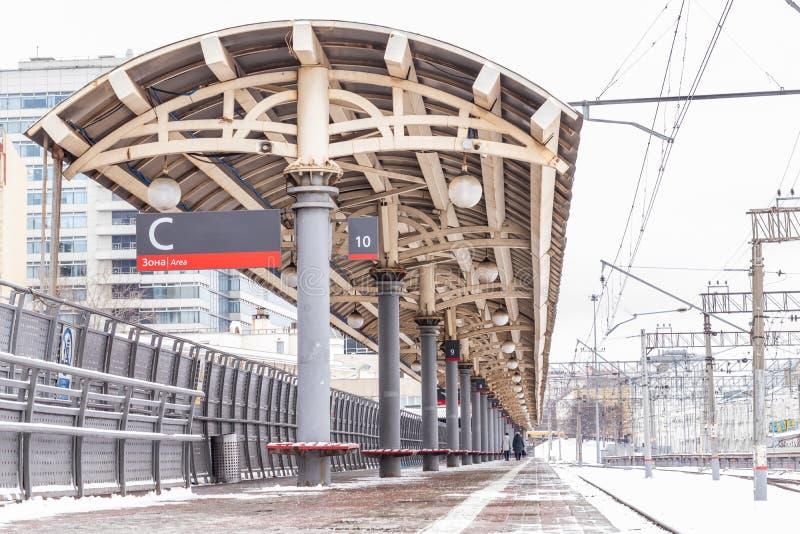Kolejowa platforma w zimie przy Kursk stacją kolejową w Moskwa, Rosja obraz stock