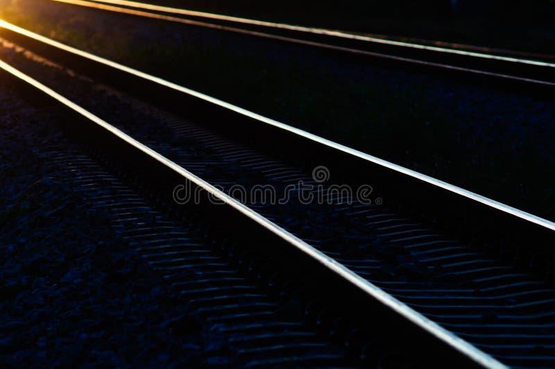Kolejowi ślada w cienia świetle zmierzch zdjęcia royalty free