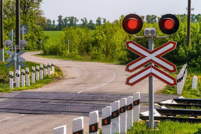 Kolejowi światła ruchu z czerwień sygnałem Kolejowy i drogowy skrzyżowanie obraz stock