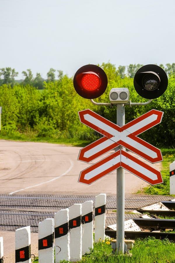 Kolejowi światła ruchu z czerwień sygnałem Kolejowy i drogowy skrzyżowanie zdjęcie royalty free