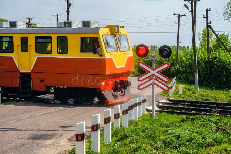 Kolejowi światła ruchu z czerwień sygnałem Kolejowy skrzyżowanie z jazda pociągiem zdjęcia stock