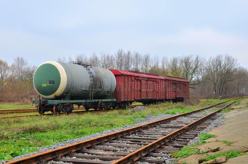 Kolejowi zbiorniki, frachtowi samochody, zbiorniki, transport olej, benzyna, olej lub gaz poręczem, fotografia stock