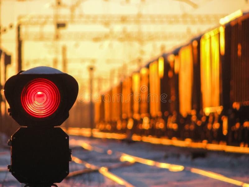 Kolejowy światła ruchu przy zmierzchów przedstawień czerwieni sygnałem na kolei zdjęcia stock
