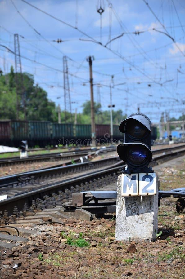 Kolejowy światła ruchu semafor przeciw tłu dzień kolei krajobraz Sygnałowy przyrząd na kolejowym trac zdjęcie royalty free