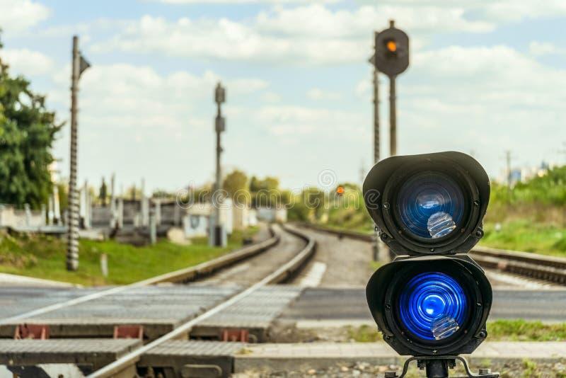 Kolejowy światła ruchu z błękitnym standardu sygnałem fotografia stock