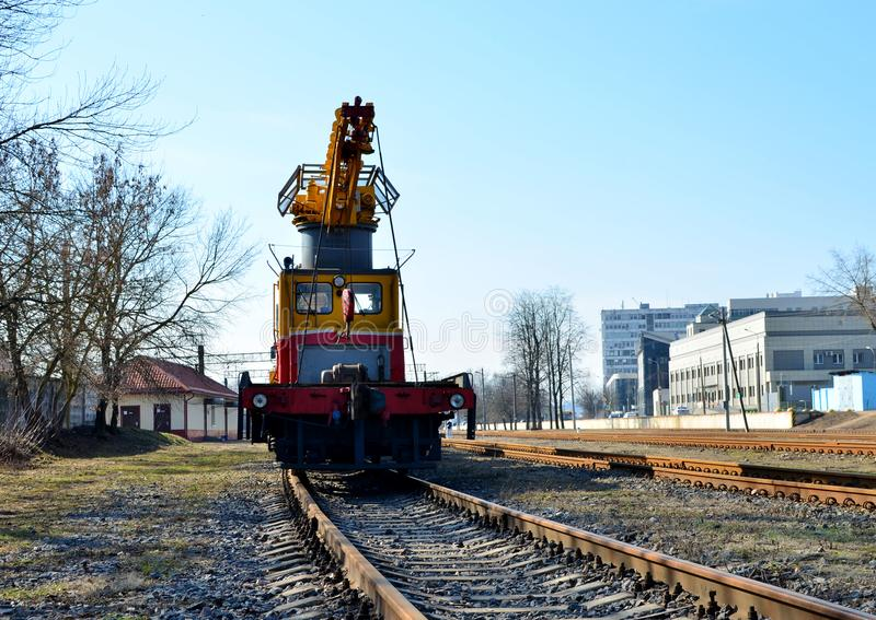 Kolejowy żuraw na platformie, obraz stock