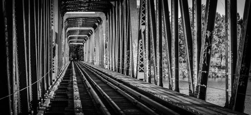 Kolejowy most i ślada - przerzedże punkt perspektywę obraz royalty free
