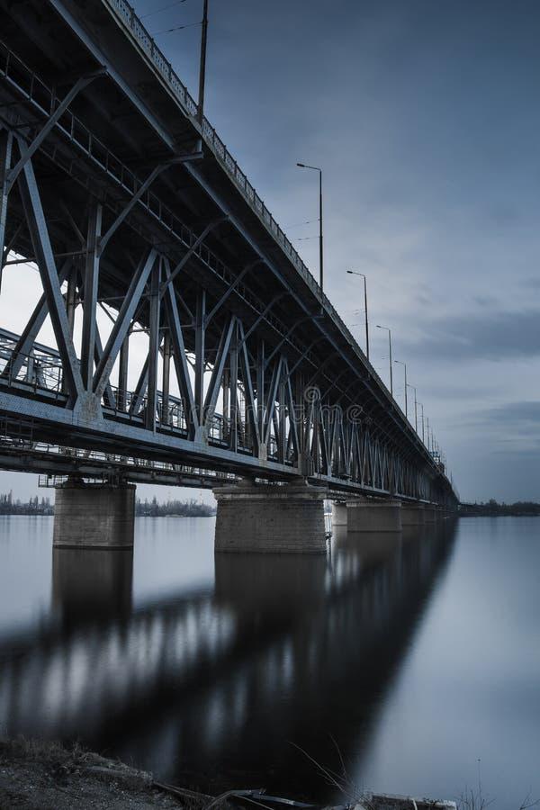Kolejowy most nad rzeką zdjęcia stock