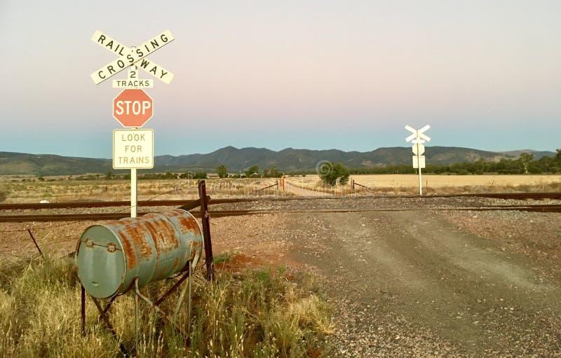 Kolejowy skrzyżowanie znaka z australijczyka krajobrazem zdjęcia stock