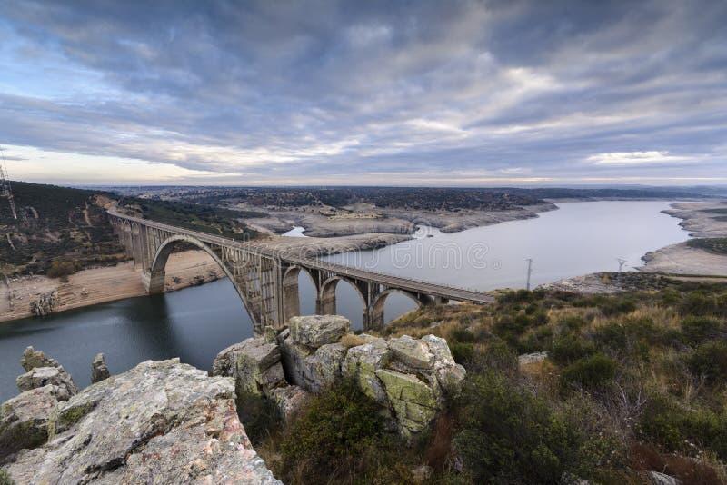 Kolejowy wiadukt funkcjonujący nad Esla rzeką fotografia royalty free