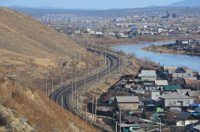 Kolejowy zwrot blisko rzeki zdjęcie royalty free