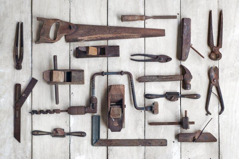 Kolekcja antykwarscy woodworking narzędzia na drewnianym stole zdjęcia royalty free