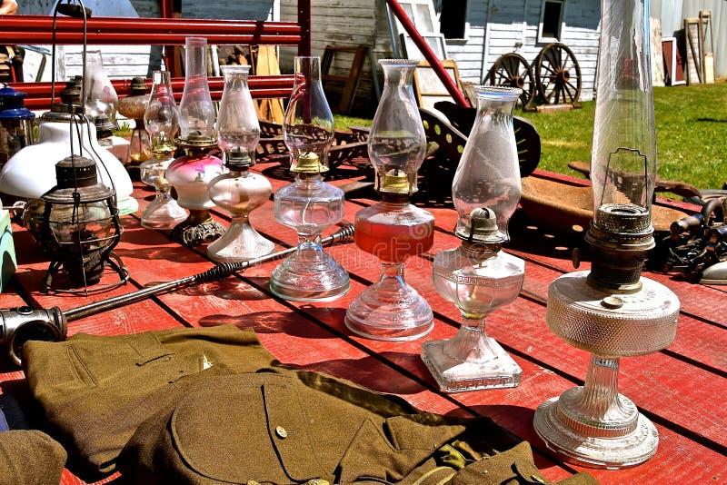 Kolekcja antykwarskie naft lampy przy aukcją obrazy stock