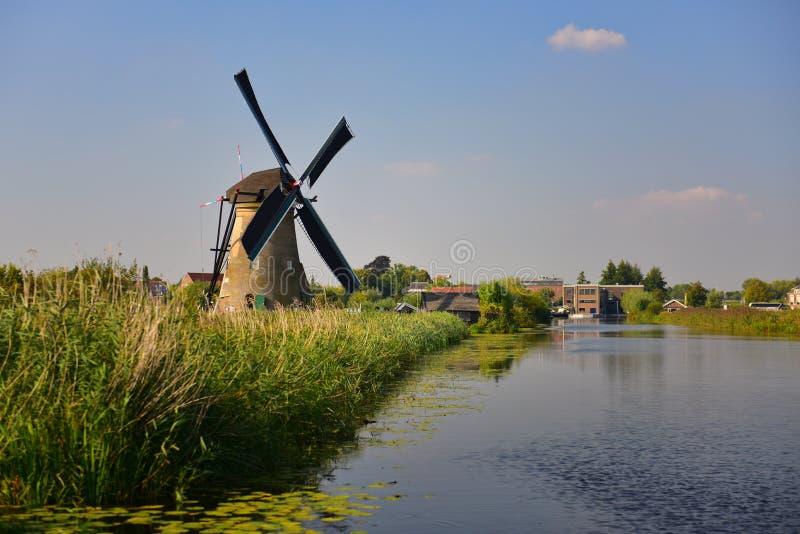 Kolekcja autentyczni historyczni wiatraczki w Kinderdijk, UNESCO światowego dziedzictwa miejsce zdjęcia stock