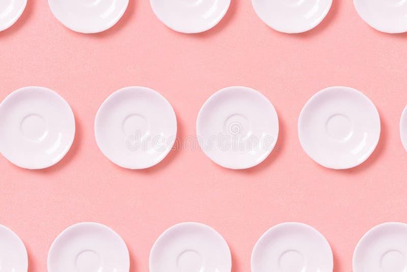 Kolekcja biali mali talerze na różowym tle Deseniowy odg?rny widok zdjęcia royalty free