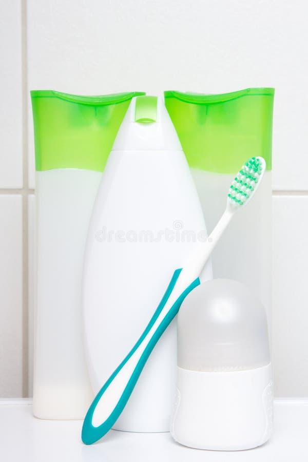 Kolekcja bielu i zieleni kosmetyczne butelki nad kafelkową ścianą ja zdjęcie royalty free