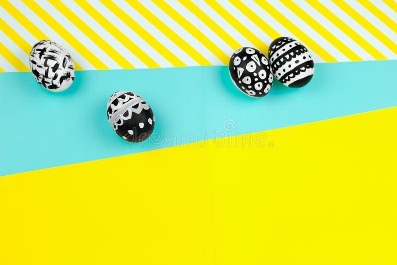 kolekcja farbujący czarny i biały Easter jajka na żółtym i błękitnym tle obrazy royalty free