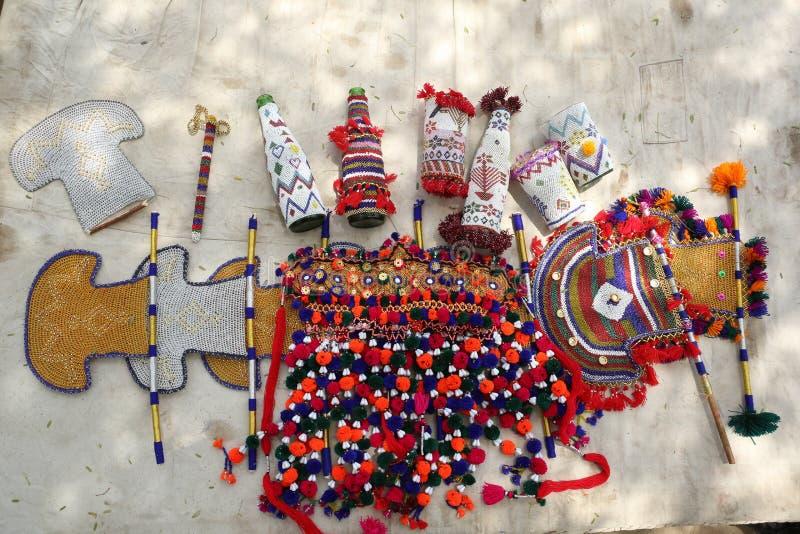 Kolekcja języka nowoindoaryjskiego rzemieślnika rękodzieła: z paciorkami obudowy dla różnorodnych rzeczy, fan, wyplatać rzeczy fotografia stock