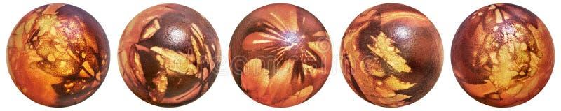 Kolekcja Pięć Wielkanocnych Czerwonych I Dekorujących jajek Farbujących Aith świrzep Opuszcza odciskom Odgórnego widok Odizolowyw obrazy stock