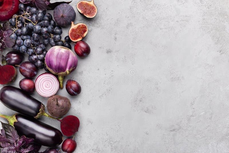 Kolekcja purpurowi owoc i warzywo na szarym tle zdjęcie royalty free