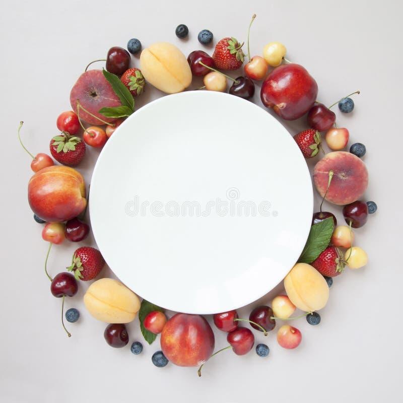 Kolekcja różnorodne świeże owoc i jagody fotografia stock