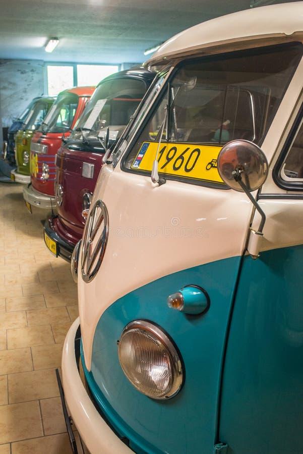 Kolekcja rocznika VW samochody dostawczy w samochodowym muzeum zdjęcia stock