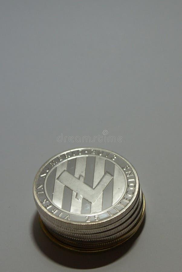 Kolekcja srebne i złociste cryptocurrency monety na białym tle obrazy royalty free
