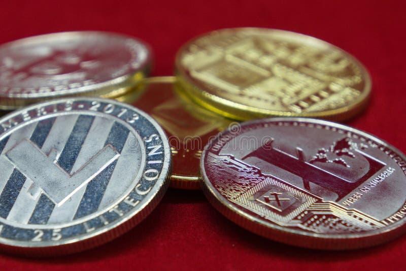 Kolekcja srebne i złociste cryptocurrency monety z zatartym tłem zdjęcia royalty free