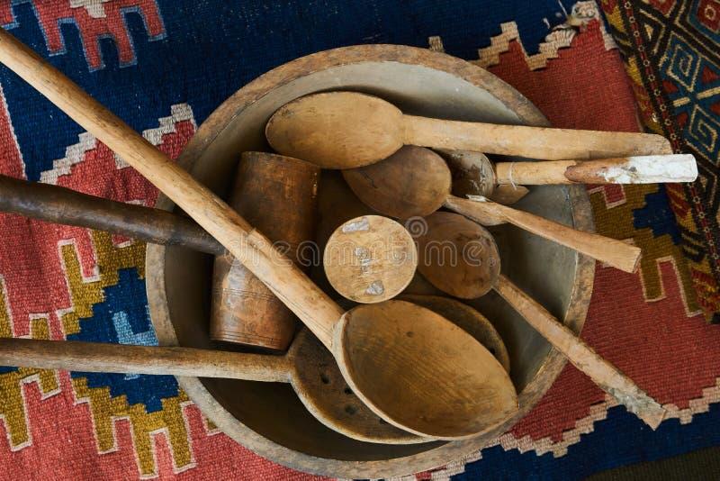 Kolekcja stary nieociosany drewniany kuchenny naczynie, puchar, talerz, łyżka obrazy royalty free
