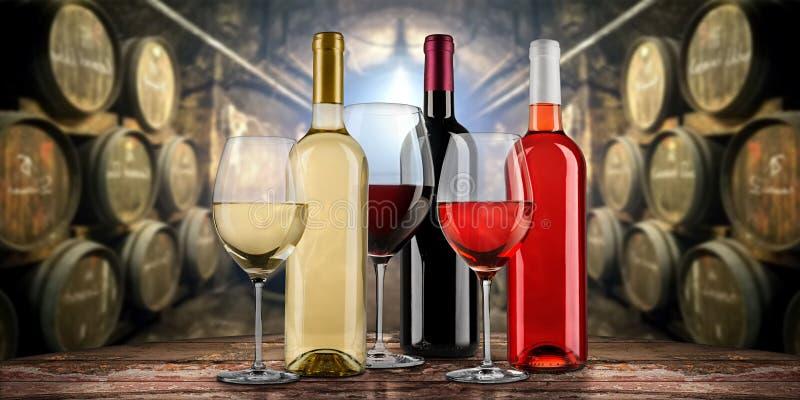 Kolekcja wyśmienity czerwony białego i różanego wino butelki glasseson drewniany stół przed starym nieociosanym wytwórnia win loc obraz stock
