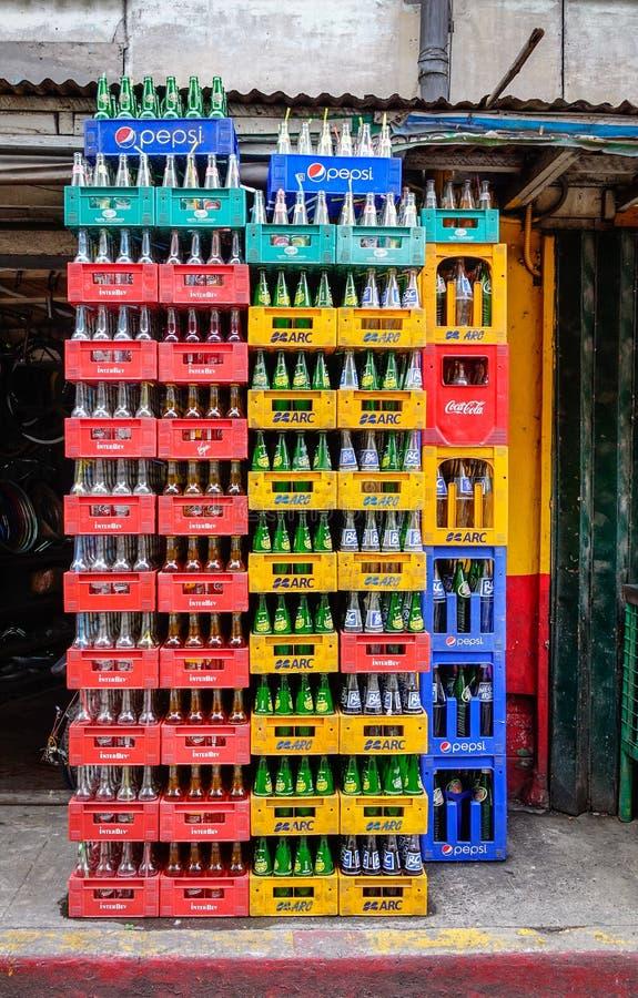 Koli butelki brogować w plastikowym zbiorniku obraz royalty free