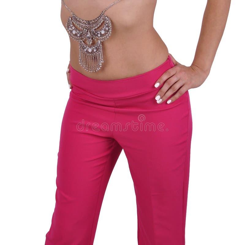 Kolia na nagiej talii dziewczynie odizolowywającej przeciw białemu tłu fotografia stock