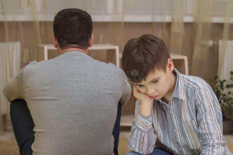 Koliduje między ojcem i synem, rodzinni powiązania obraz royalty free