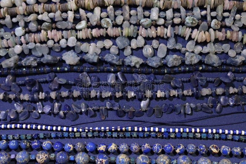 Kolie z naturalnymi kamieniami, kopaliny fotografia royalty free