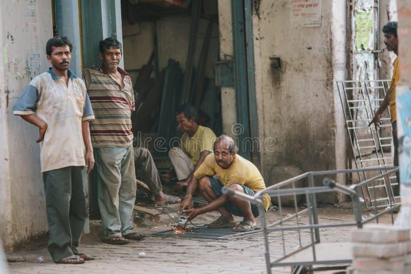 """KOLKATA, †da ÍNDIA """"12 de abril de 2013: Trabalho indiano incompetente do artesão sem observar medidas de segurança imagem de stock royalty free"""